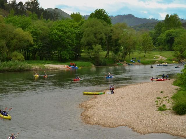 Vista general descenso del río Sella, con alguno de nuestros clientes disfrutando de la actividad