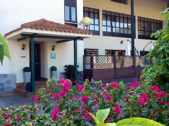Fachada principal del Hotel La Chopera de Collera