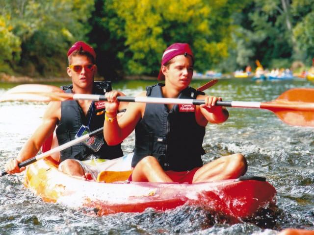 Una foto de dos amigos en haciendo la actividad del Descenso en canoa doble