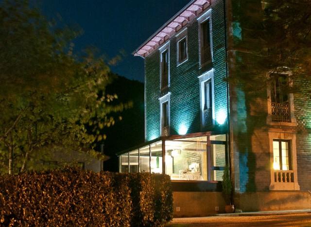 Fotografía del exterior del Hotel La Raposera tomada de noche