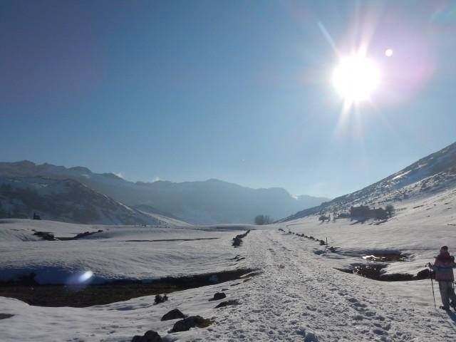 Vista de ruta con raquetas de nieve por Los Lagos de Covadonga