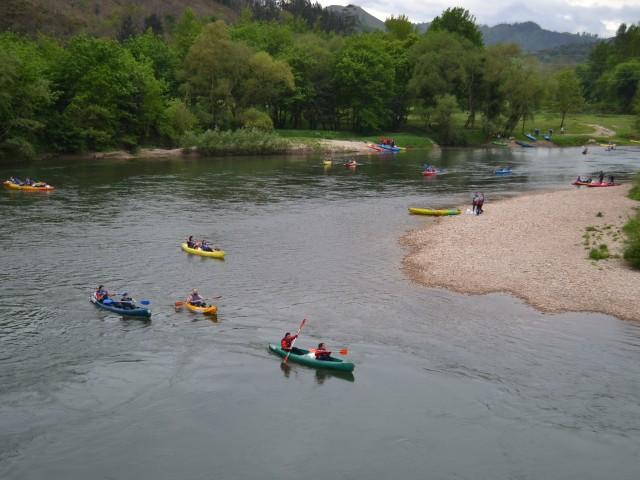 Día estupendo para disfrutar de la bajada del Sella en canoa