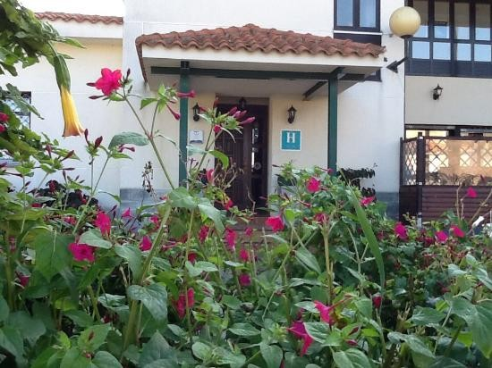 Entrada principal del hotel, con acceso a recepción y al restaurante