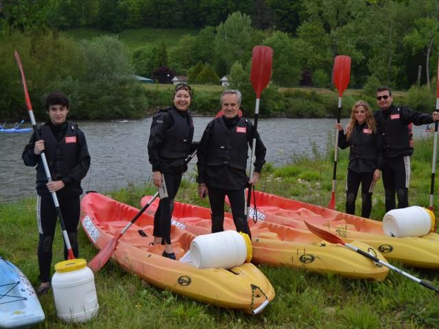 Grupo familiar en la salida del Descenso del Sella, preparados para la aventura